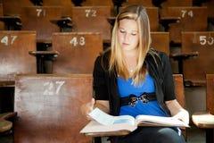 Ragazza di istituto universitario con il manuale Immagini Stock Libere da Diritti