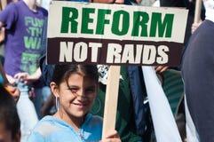 Ragazza di Latina con il segno: Riforma, non incursioni Fotografia Stock Libera da Diritti