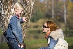 Ragazza di Littlt con la sua mamma Fotografie Stock Libere da Diritti