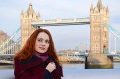 Ragazza di Londra vicino al ponte della torre Ritratto di bella giovane donna sorridente a Londra Immagine Stock Libera da Diritti