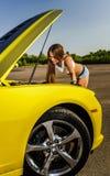 Ragazza di lusso di fascino ed automobile sportiva gialla Fotografie Stock Libere da Diritti
