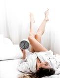 Ragazza di mattina a letto con l'orologio Fotografia Stock Libera da Diritti