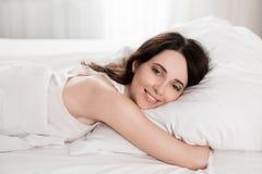 Ragazza di mattina, trovandosi a letto dormendo dopo il duro lavoro Fotografie Stock