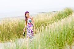 Ragazza di modello che cammina in spiaggia delle dune di sabbia Immagini Stock Libere da Diritti