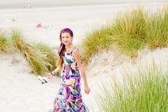 Ragazza di modello che cammina in spiaggia delle dune di sabbia Immagini Stock