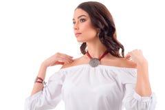 Ragazza di modello dei gioielli nello stile moderno del vestito bianco con hairsty lungo Immagini Stock Libere da Diritti