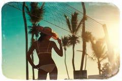 Ragazza di modello sexy in bikini bianco con la rete di pallavolo Fotografie Stock