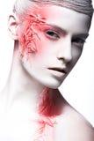 Ragazza di modo di arte con la pittura bianca di rosso e della pelle sopra fotografia stock libera da diritti