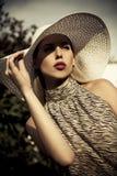 Ragazza di modo di estate con il cappello Fotografia Stock