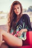 Ragazza di modo di estate in tunica e bikini fotografie stock