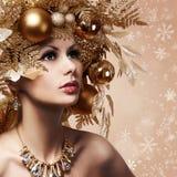 Ragazza di modo di Natale con l'acconciatura decorata Fotografie Stock Libere da Diritti
