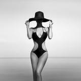 ragazza di modo sulla vacanza in bianco e nero fotografia stock