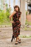 Ragazza di modo in vestito con i fiori fotografia stock