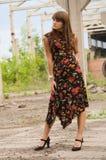 Ragazza di modo in vestito con i fiori fotografia stock libera da diritti
