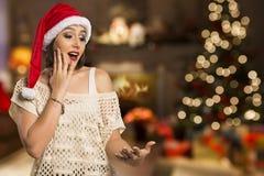 Ragazza di Natale che mostra palma vuota con il surprisi di sorriso dello spazio della copia immagine stock libera da diritti