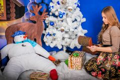 Ragazza di Natale con il regalo Fotografia Stock