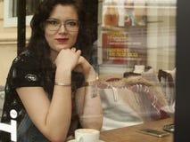 Ragazza di negozio di Coffe Fotografia Stock