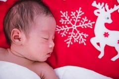 Ragazza di neonato che dorme con i cervi fotografie stock