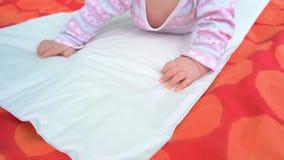 Ragazza di neonato che si trova sulla coperta archivi video