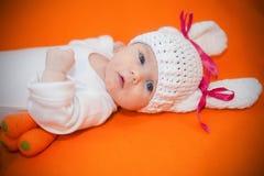 Ragazza di neonato sveglia adorabile vestita in costume del coniglio immagine stock libera da diritti