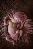 Ragazza di neonato sveglia della traversina in cappuccio rosa su lana Immagini Stock Libere da Diritti