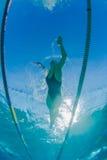 Ragazza di nuotata che si prepara Underwater Fotografie Stock Libere da Diritti