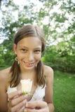 Ragazza di picnic che tiene Rosa bianca Fotografia Stock