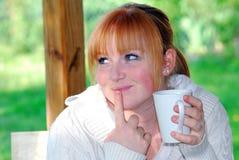 Ragazza di Redhead con la tazza bianca Immagine Stock