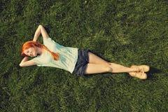 Ragazza di rilassamento della testarossa Fotografia Stock