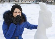 Ragazza di risata in cappotto caldo ed in una capra nell'inverno, Mosca Immagine Stock Libera da Diritti