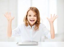 Ragazza di risata con il computer e le mani del pc della compressa su Immagini Stock Libere da Diritti