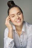 Ragazza di risata con un'assicella sulla sua testa fotografia stock libera da diritti