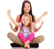 Ragazza di risata del bambino del piccolo bambino che gioca mamma che fa divertimento Fotografia Stock Libera da Diritti