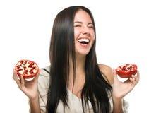 Ragazza di risata felice con frutta alle loro mani fotografia stock