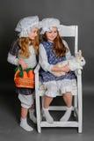 Ragazza di risata in uno stile rustico con il coniglietto di pasqua, carota Fotografia Stock Libera da Diritti