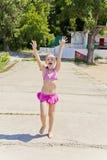 Ragazza di salto in costume da bagno rosa Fotografia Stock Libera da Diritti