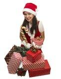 Ragazza di Santa che si siede con i presente e le decorazioni fotografia stock libera da diritti