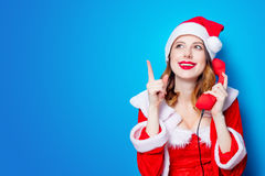 Ragazza di Santa Clous in vestiti rossi con il microtelefono immagini stock libere da diritti