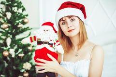Ragazza di Santa con un giocattolo Immagine Stock