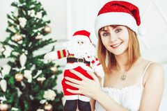 Ragazza di Santa con un giocattolo Fotografie Stock Libere da Diritti