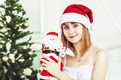 Ragazza di Santa con un giocattolo Fotografia Stock