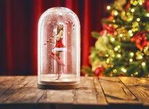 Ragazza di Santa dentro un globo della neve di Natale Fotografie Stock