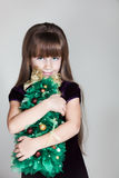 Ragazza di sei anni caucasica con l'albero di Natale Fotografia Stock