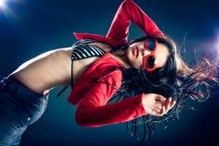 Ragazza di sguardo alla moda e fredda del danzatore. Fotografia Stock Libera da Diritti