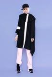 Ragazza di sguardo di alta moda in vestiti alla moda Fotografia Stock