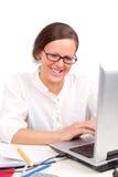 Ragazza di Smilling che osserva in computer portatile Immagini Stock Libere da Diritti