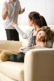 Ragazza di sofferenza dai genitori separazione e lotte Immagini Stock Libere da Diritti