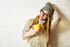 Ragazza di sogno romantica dei pantaloni a vita bassa in vestiti di inverno con una tazza Fotografia Stock
