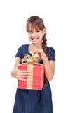 Ragazza di sorriso con giftbox rosso fotografia stock