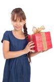 Ragazza di sorriso con giftbox rosso fotografia stock libera da diritti
